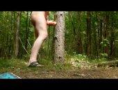 ... nackt am Baum mit