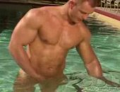 jock dude jerks off in a pool